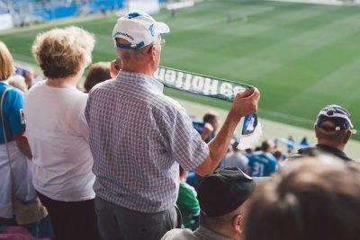 Älterer TSG 1899 Hoffenheim Fan hält Fanschal falschrum.