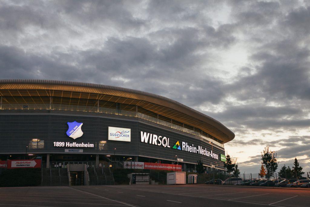 Aussenansicht Stadion Hoffenheim zur blauen Stunde.