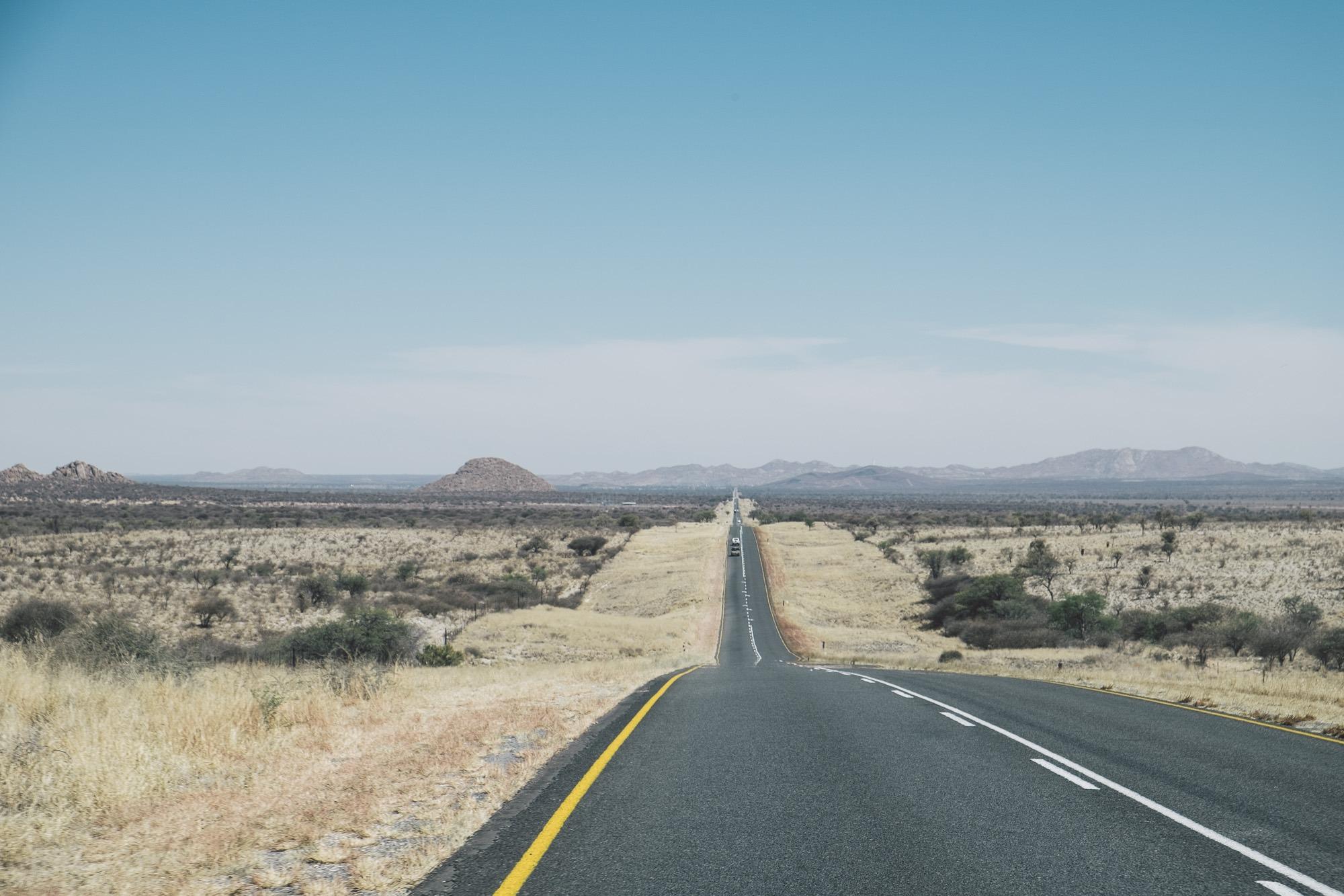 Enlose Straße B1 nahe Windhuk in Namibia