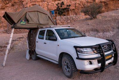 Toyota Hillux mit Dachzelt in Namibia beim Wildmoor Nature Camp