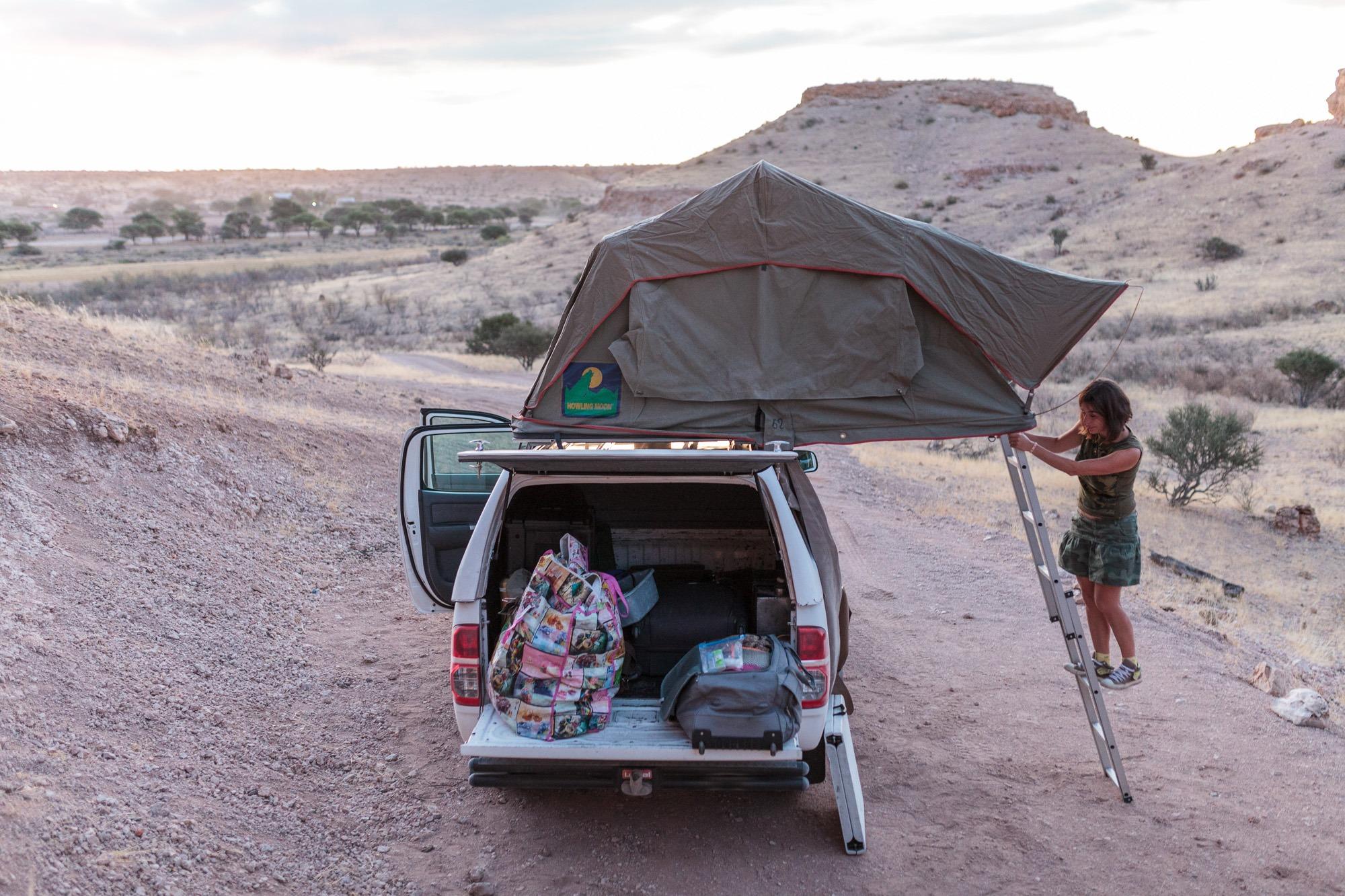 Beladen von Toyota Hillux mit Dachzelt im Wildmoor Nature Camp, Namibia