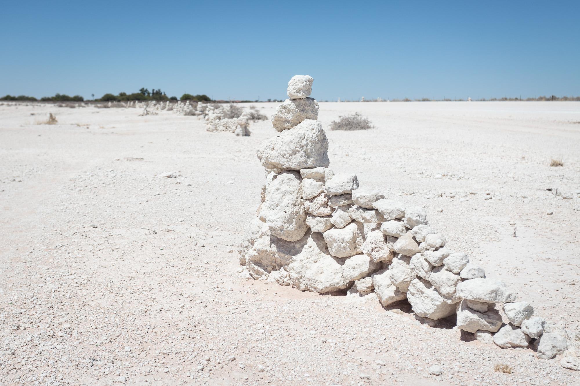 Steinstrukturen am Rand einer Staubpiste in Namibia