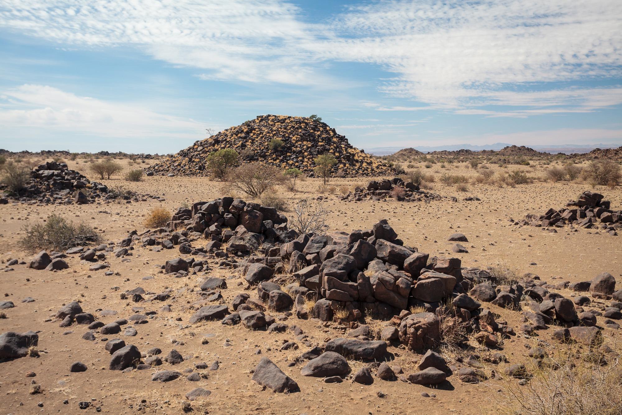 Aufgetürmte Felsen in der Wüste von Namibia