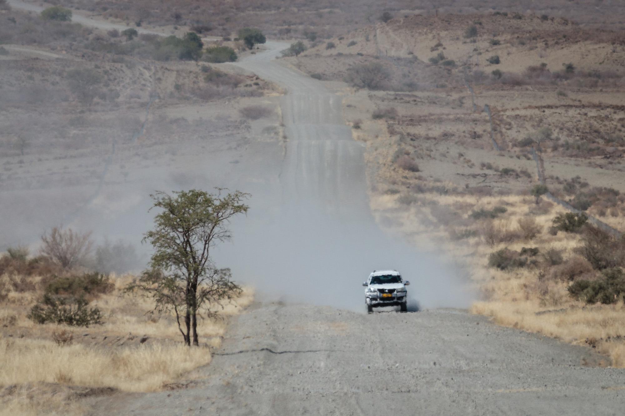Gegenverkehr auf einer Staubpiste in Namibia