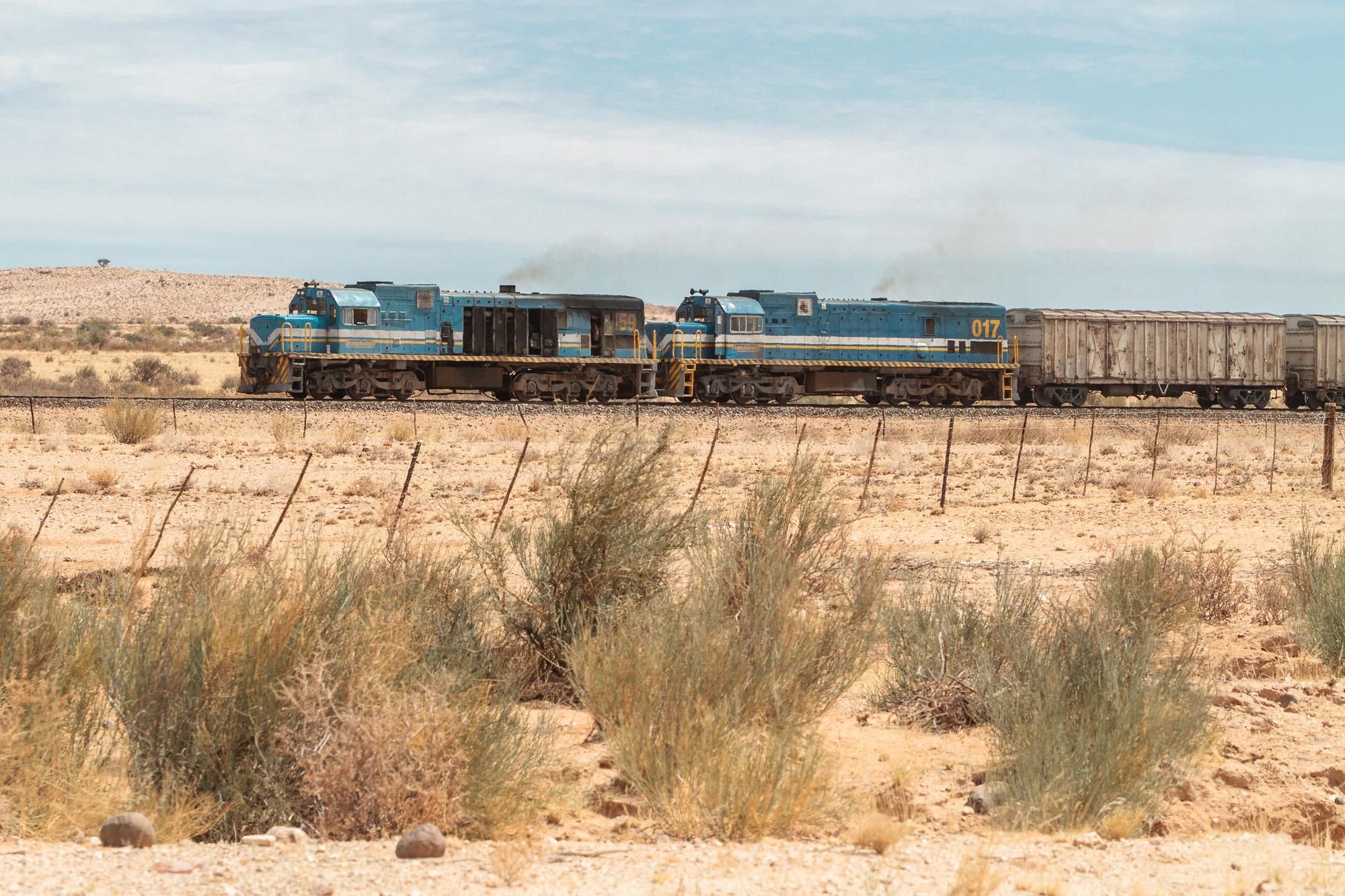 Alter Zug in der Wüste von Namibia