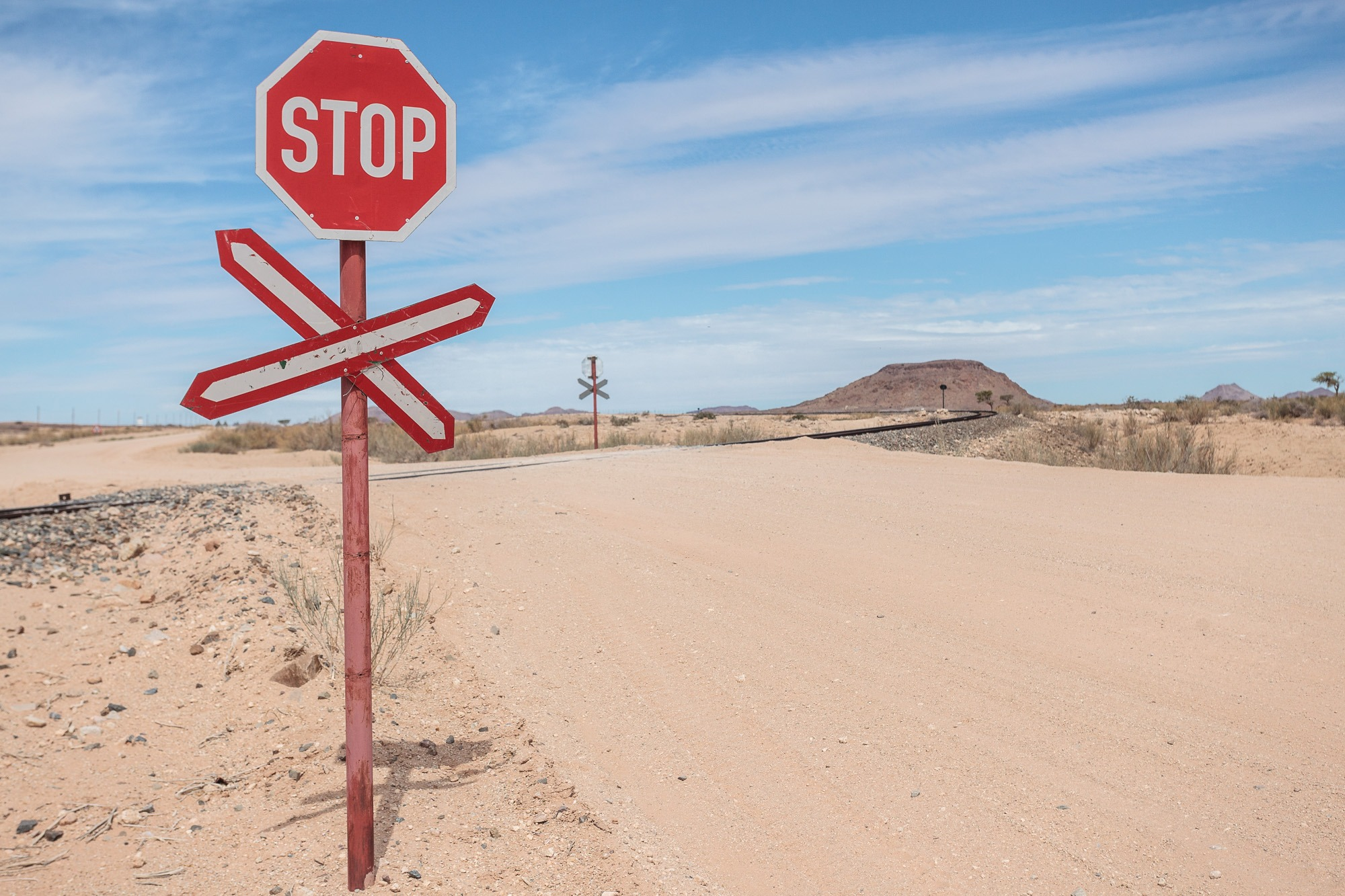 Stop Schild vor Bahnübergang in Namibia