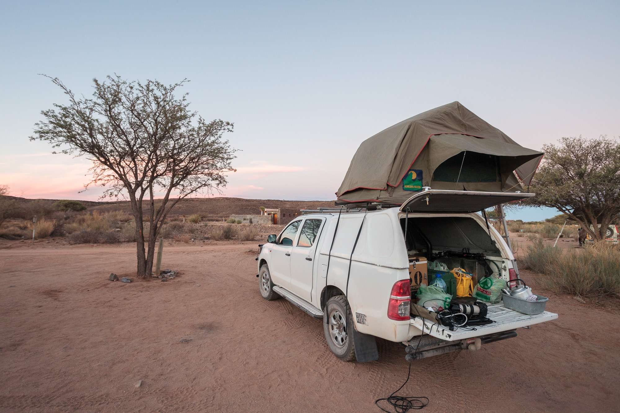 Toyata Hillux mit Dachzelt auf dem Campingplatz vom Fish River Canyon
