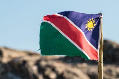 Alte genähte Flagge von Namibia an einem Stock im Wind