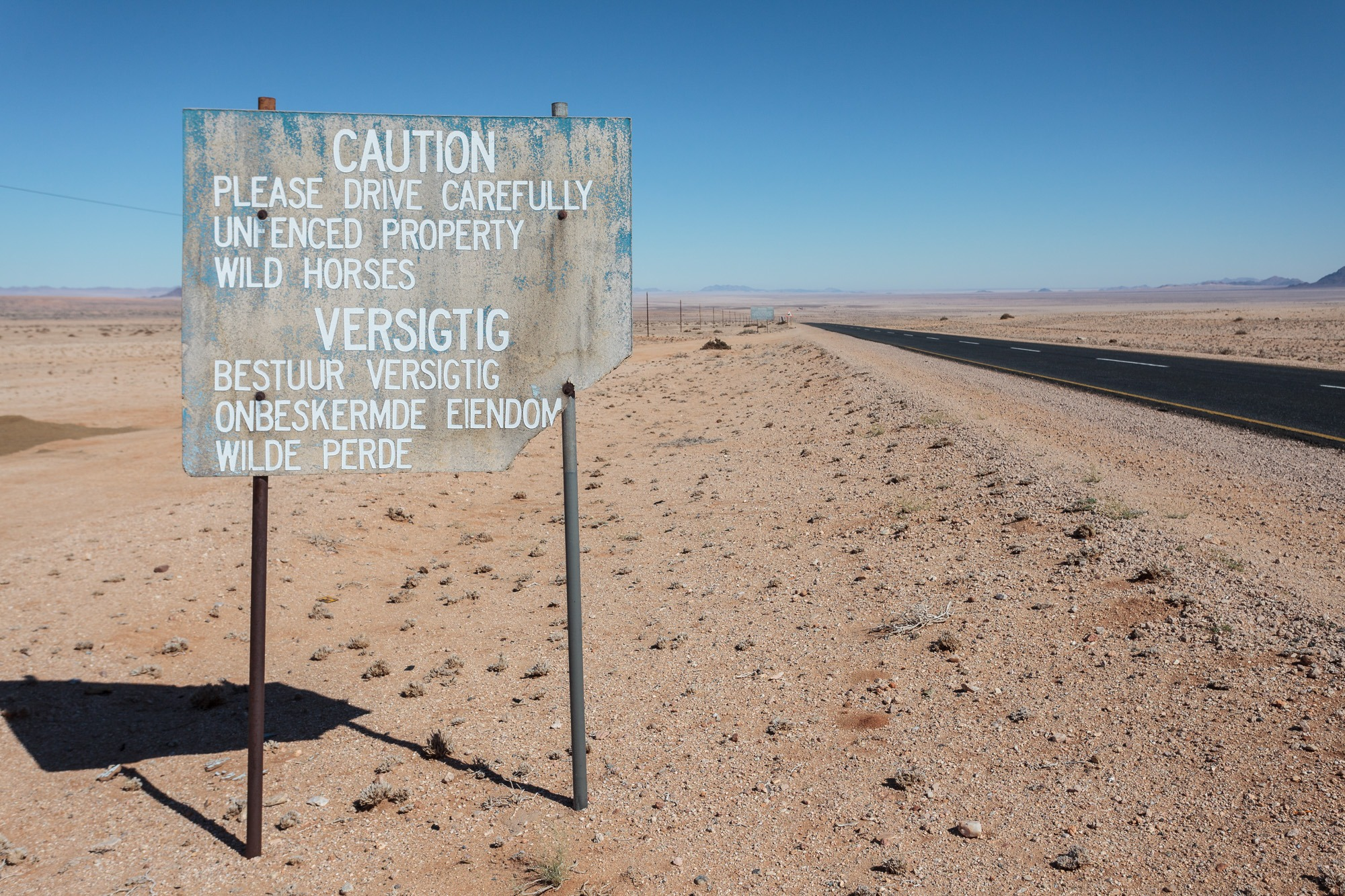Warnung vor Wildpferden in Garub in der Namib Wüste in Namibia