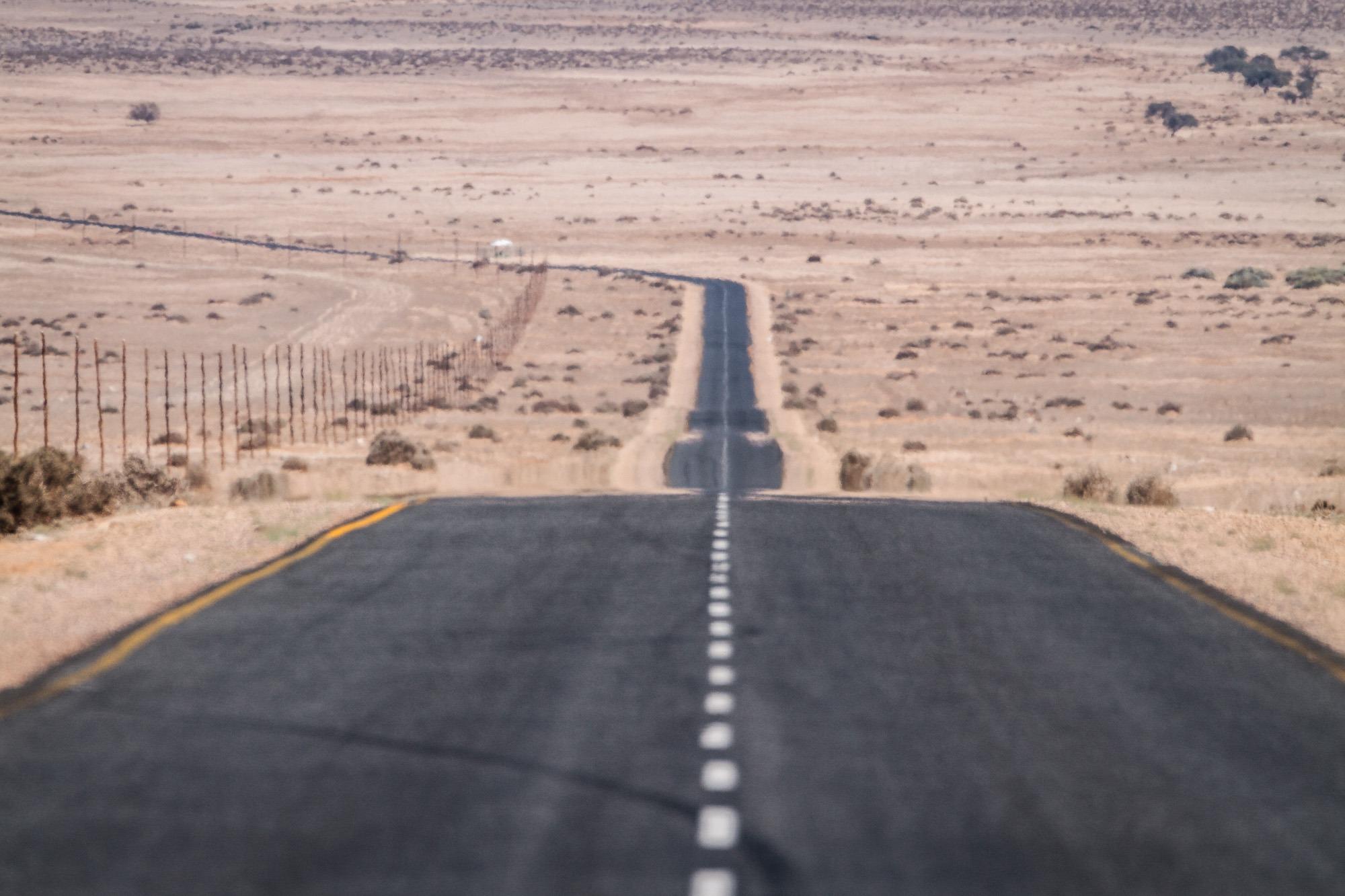 Gerade Teerstraße B4 zwischen Aus und Lüderitz in der Namib Wüste in Namibia
