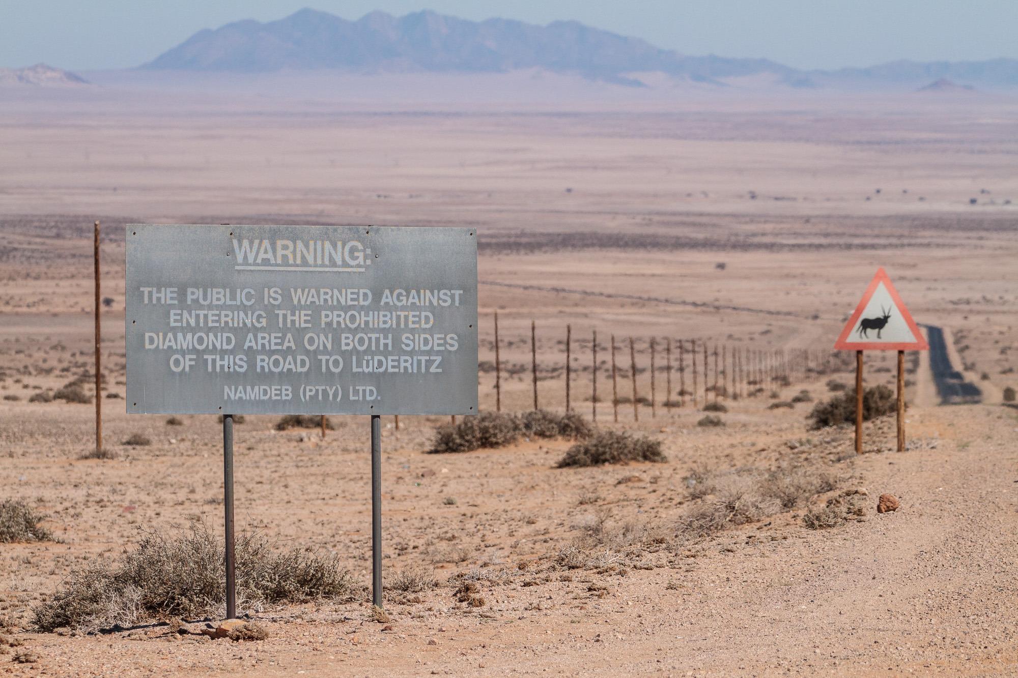 Warnung vor Diamantenraub an der B4 zwischen Aus und Lüderitz in der Namib Wüste Namibia
