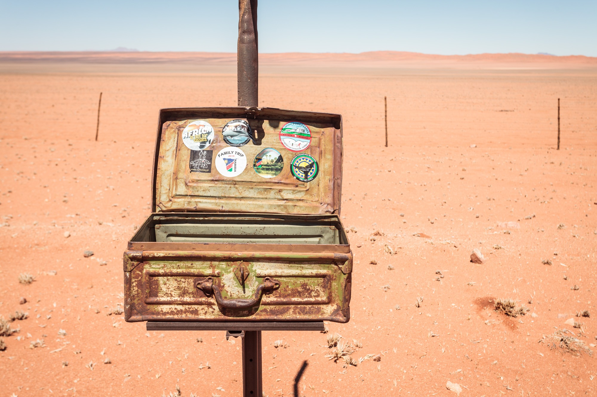 Offener Koffer in der Namib Wüste Namibia