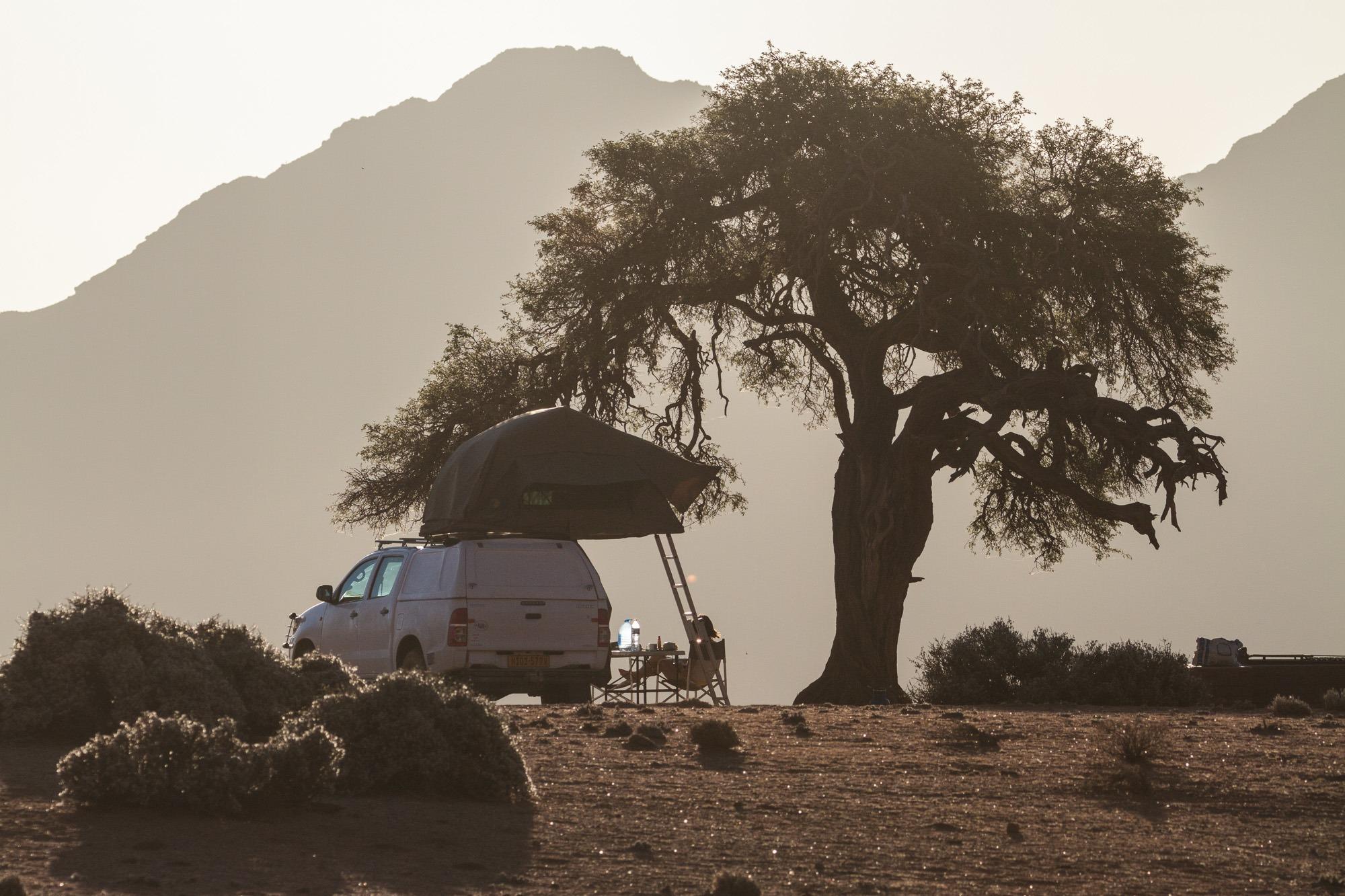 Toyota Hillux mit Dachzelt unter Akazie in Namibia