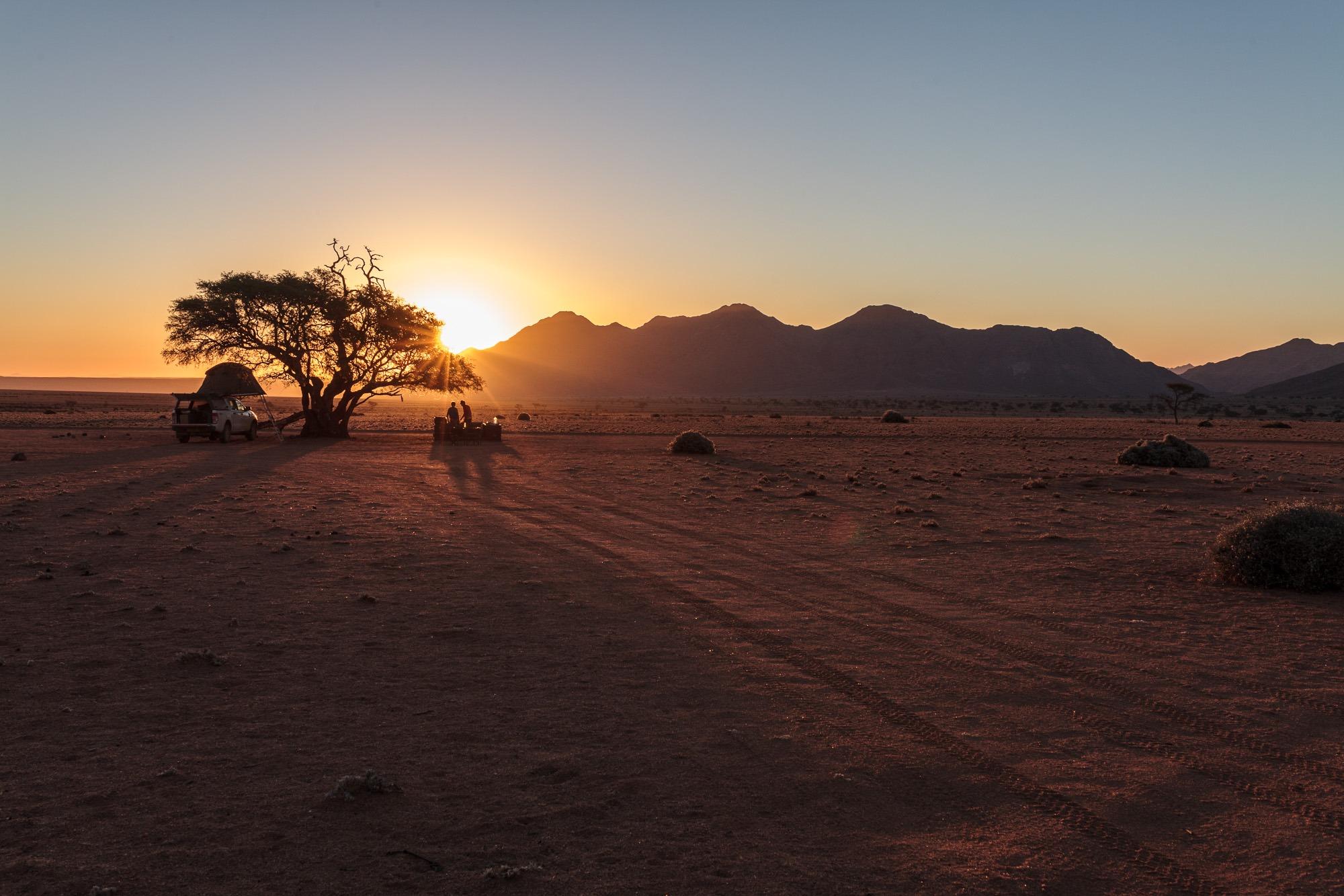Camper mit Dachzelt beim Sonnenuntergang in der Namtib Biosphere Reserv, Namibia