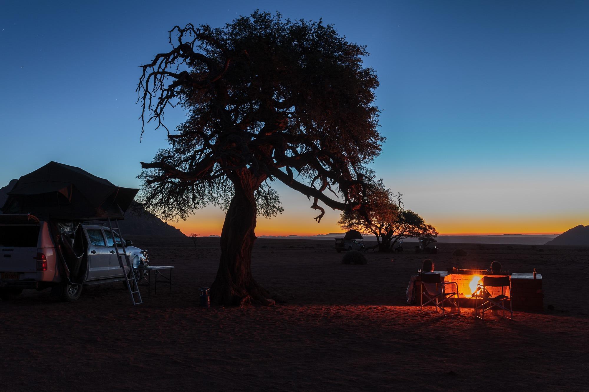 Sonnenuntergang und Lagerfeuer in der Namtib Biosphere Reserve, Namibia