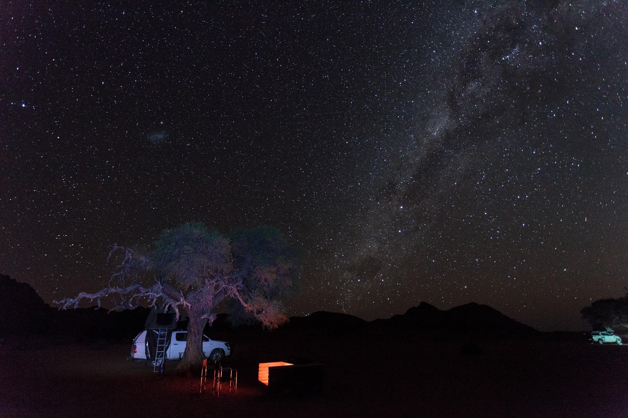 Toyota Hillux mit Dachzelt unter Sternenhimmel Namtib Biosphere Reserve