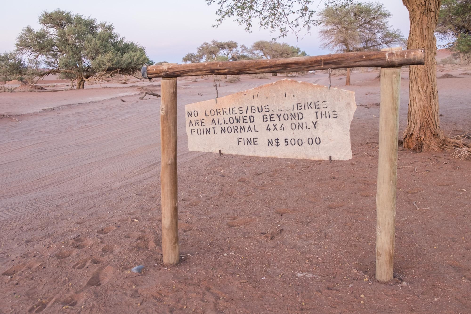 4x4 Schild im Sossusvlei in Namibia