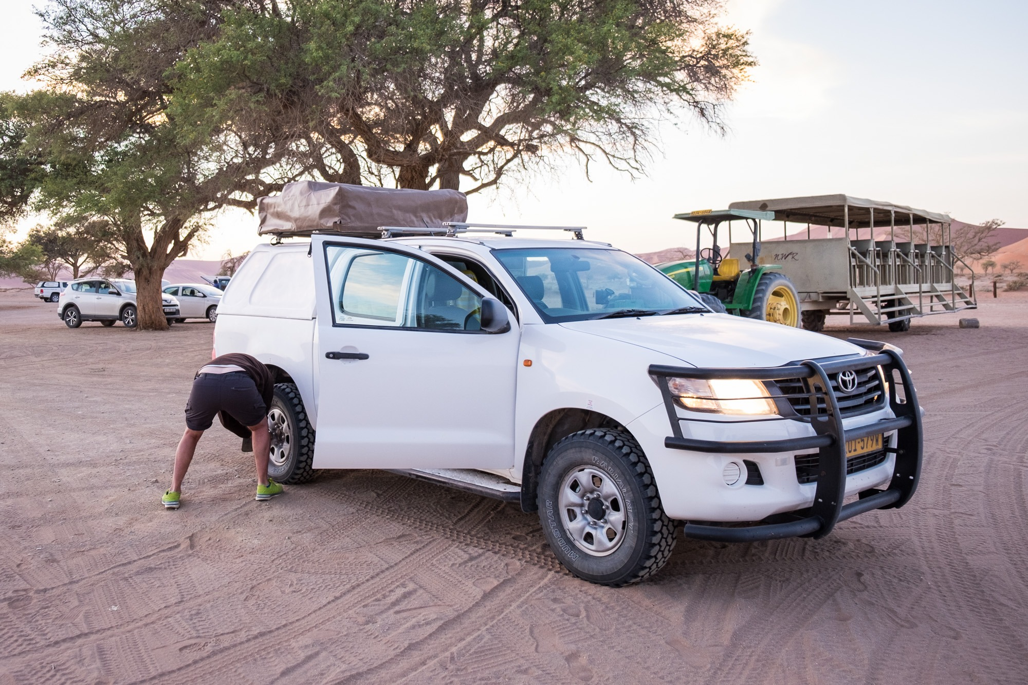 Luftdruck senken Toyota Hillux im Sossusvlei in Namibia
