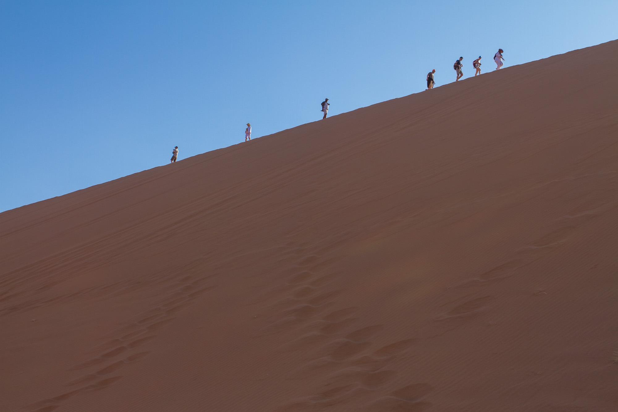 Deadvlei Sossusvlei Namibia Menschen Gegenlicht Düne