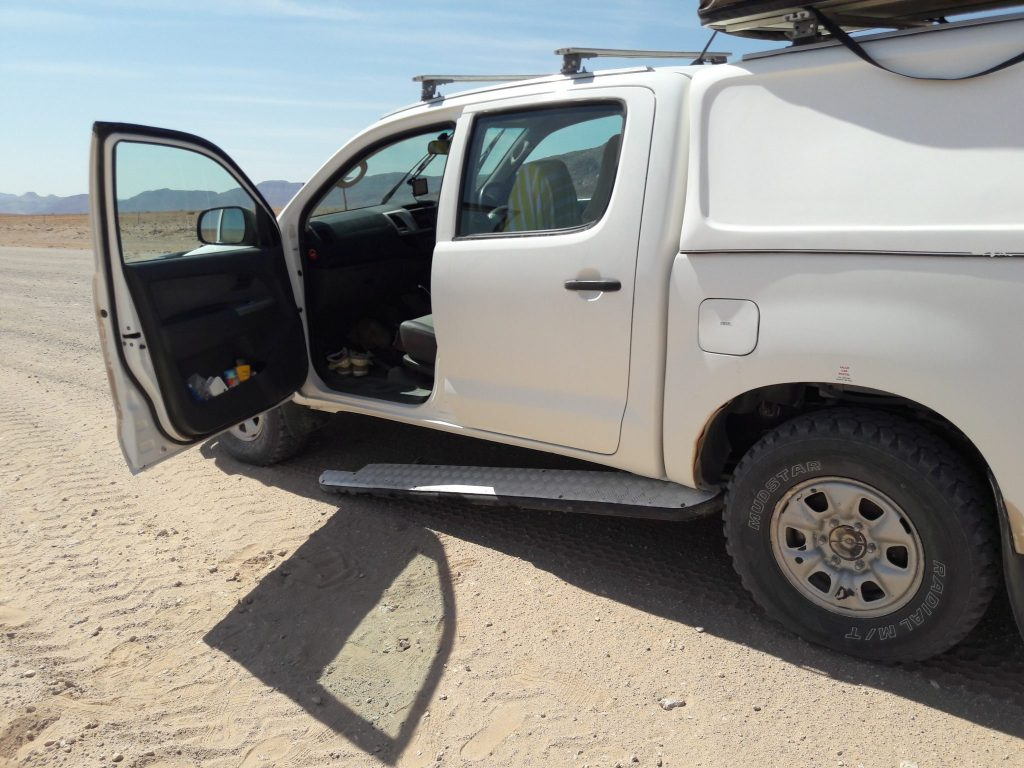 Loses Trittbrett Toyota Hillux Schotterpiste Namibia