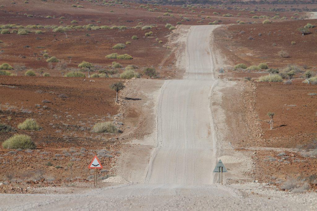 Gerade, hügelige Schotterpiste im Damaraland in Namibia