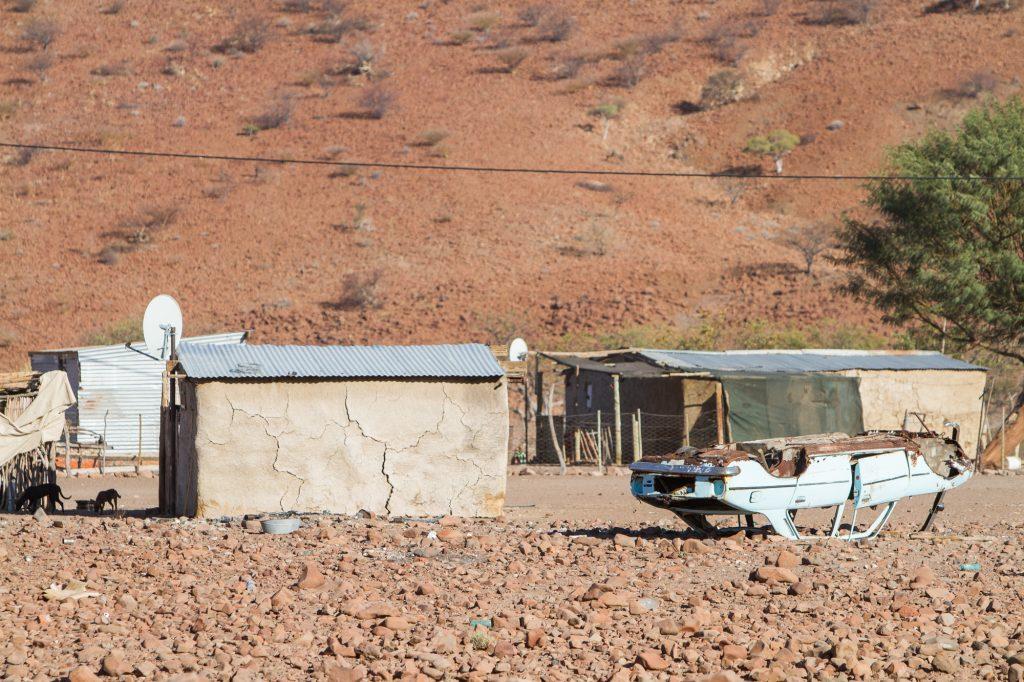Dorf im Damarland mit umgekippten Autowrack, Namibia