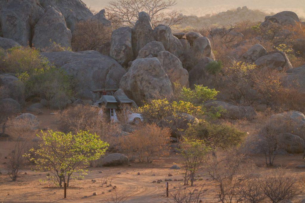 Camper mit Dachzelt auf der Hoada Campsite in Namibia