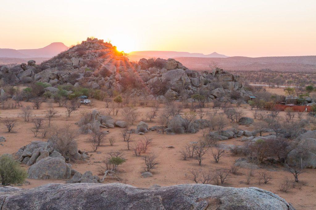 Überblick über Hoada Campsite bei Sonnenuntergang in Namibia