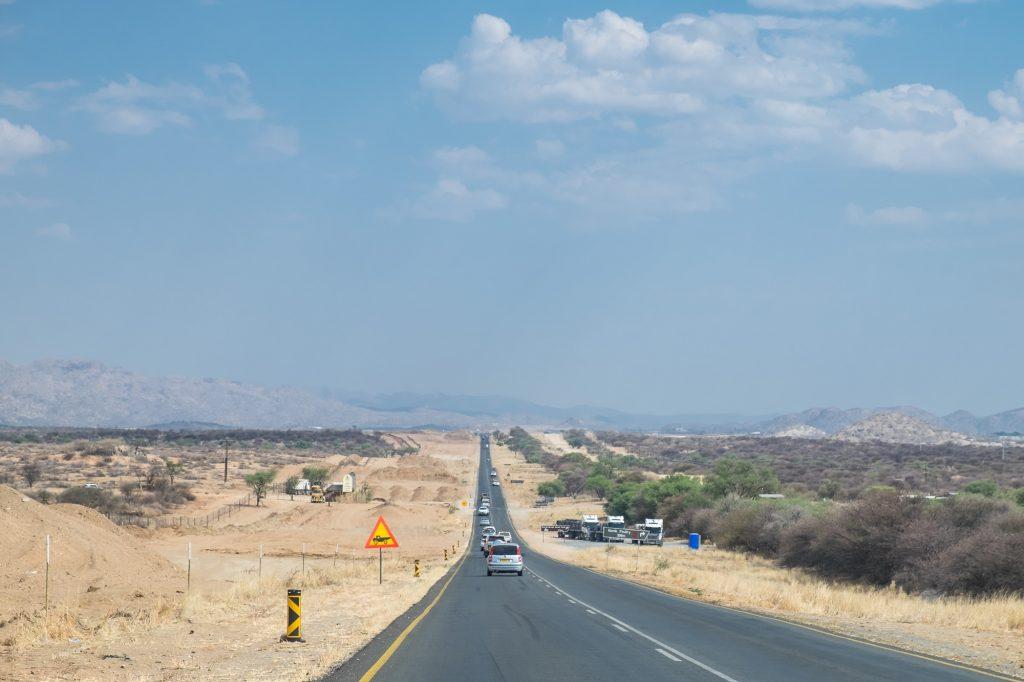 Fahren auf der B1 mit Linksverkehr in Namibia Richtung Windhuk