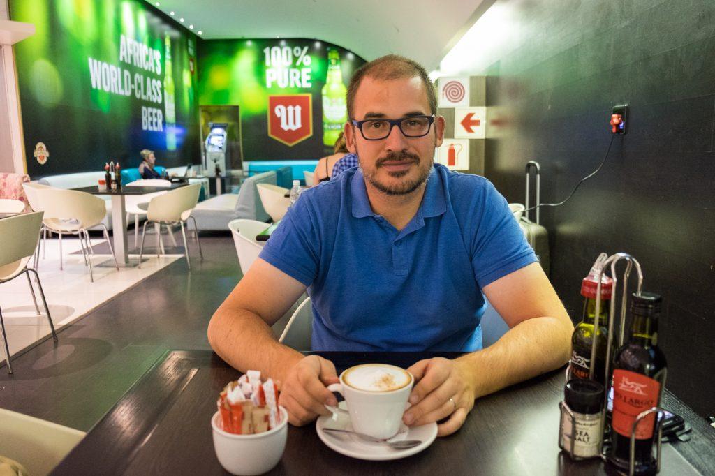 Bastian mit Cappuccino auf dem Flughafen von Windhuk