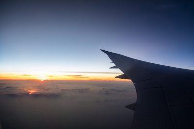 Blick aus dem Flugzeug mit Sonnenaufgang