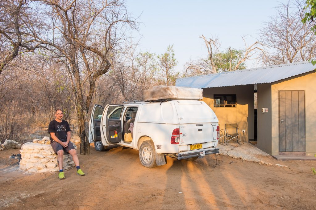 Campingplatz der Tamboti Luxury Campsite mit Toyota Hillux nahe Etosha in Namibia