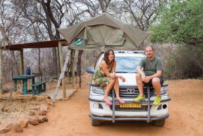 Paar auf einem Toyota Hilluy mit Dachzelt auf der Waterberg Plateau Campsite in Namibia