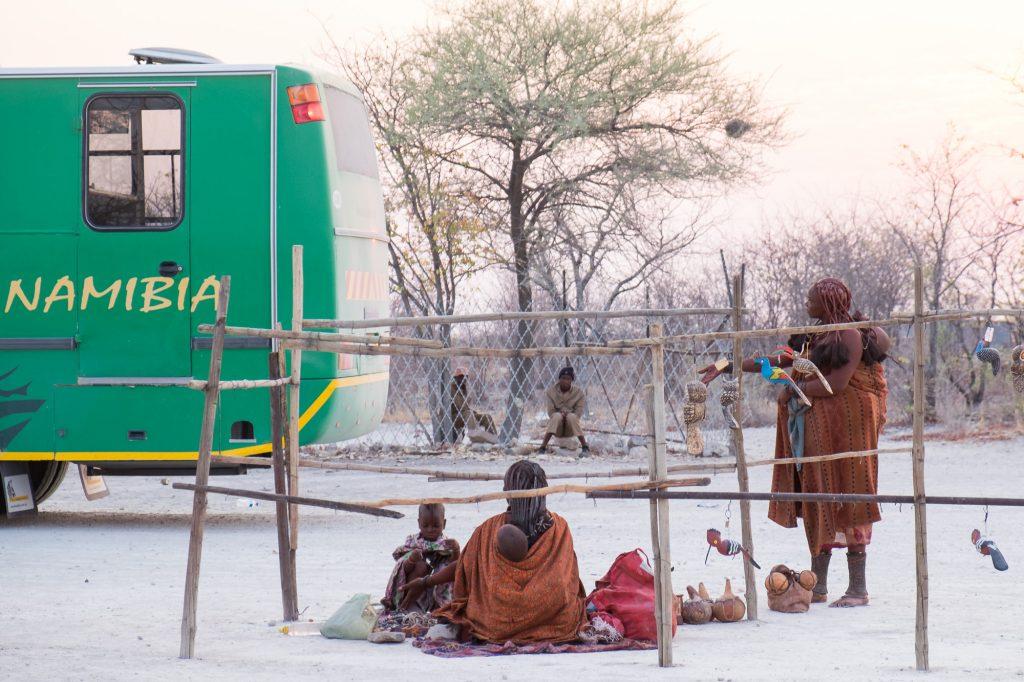 Himbas verkaufen Handwerkskunst am Anderson's Gate vor dem Etosha Nationalpark in Namibia