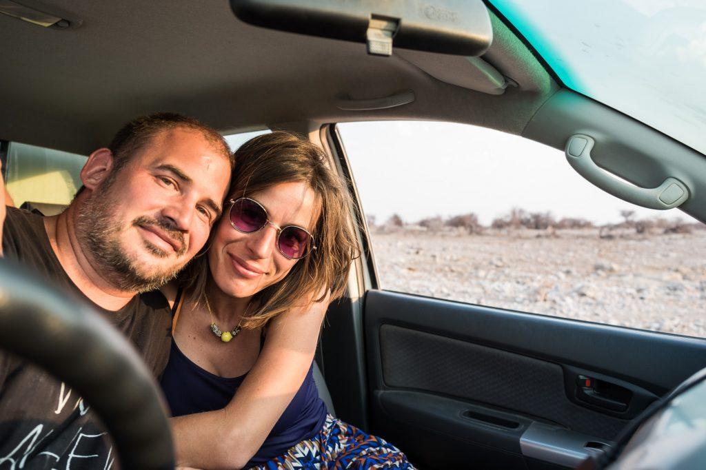 Paar umarmt sich im Auto