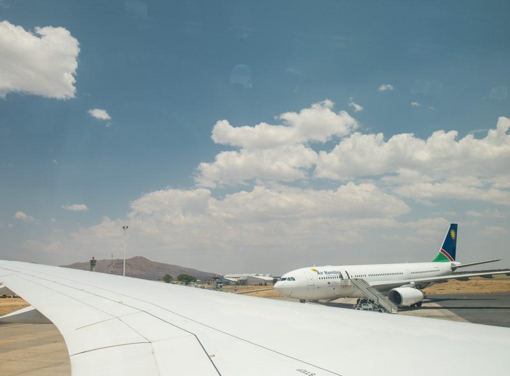 Blick aus dem Fenster vom Flugzeug auf das Rollfeld vom Flughafen Windhuk Air Namibia