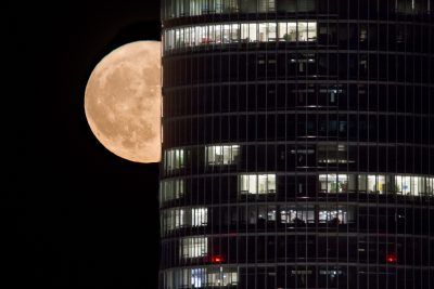 Supermond vom November 2016 vor dem Business Tower in Nürnberg