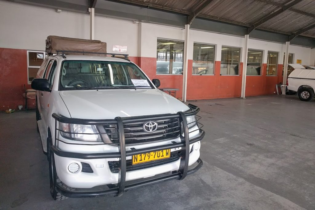 Toyota Hillux in der Garage von Asco Car Hire Windhuk Namibia