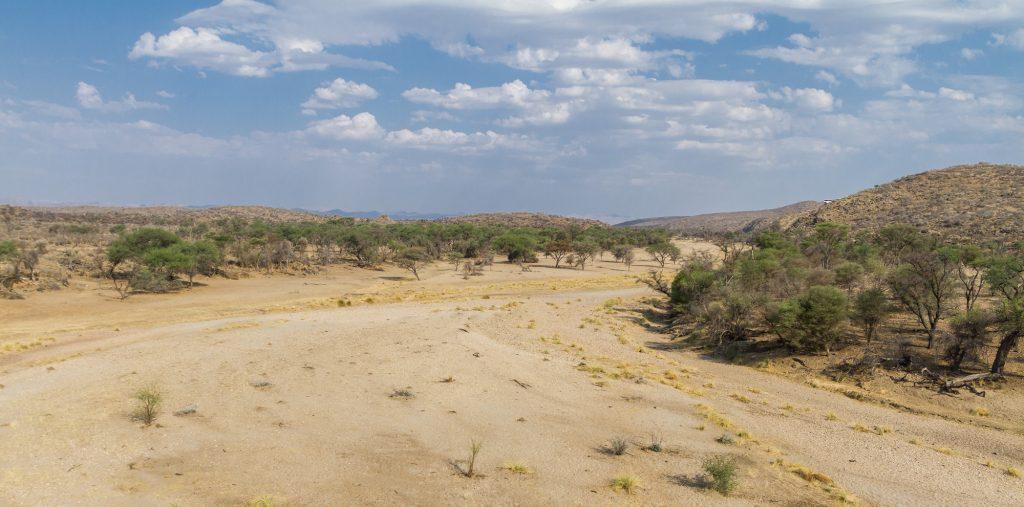 Trockenflussbett vom Balkon der Duesternbrook Guest Farm Namibia