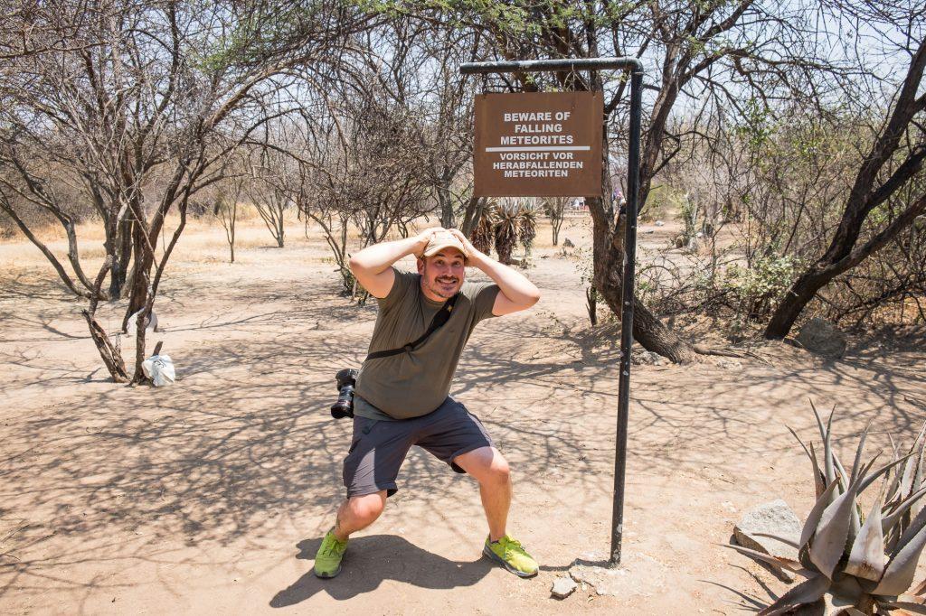 Vorsicht vor herabfallenden Meteoriten Schild Hoba bei Grootfontein in Namibia