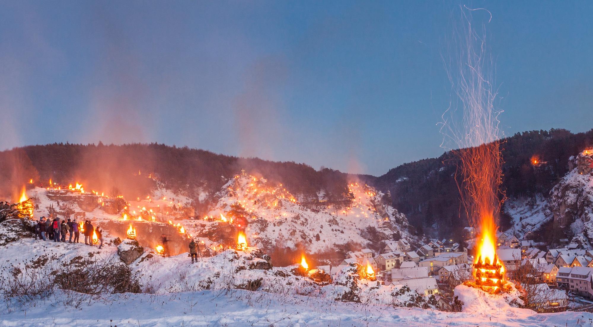Blick von den Hängen auf die Bergfeuer um Pottenstein in der fränkischen Schweiz.