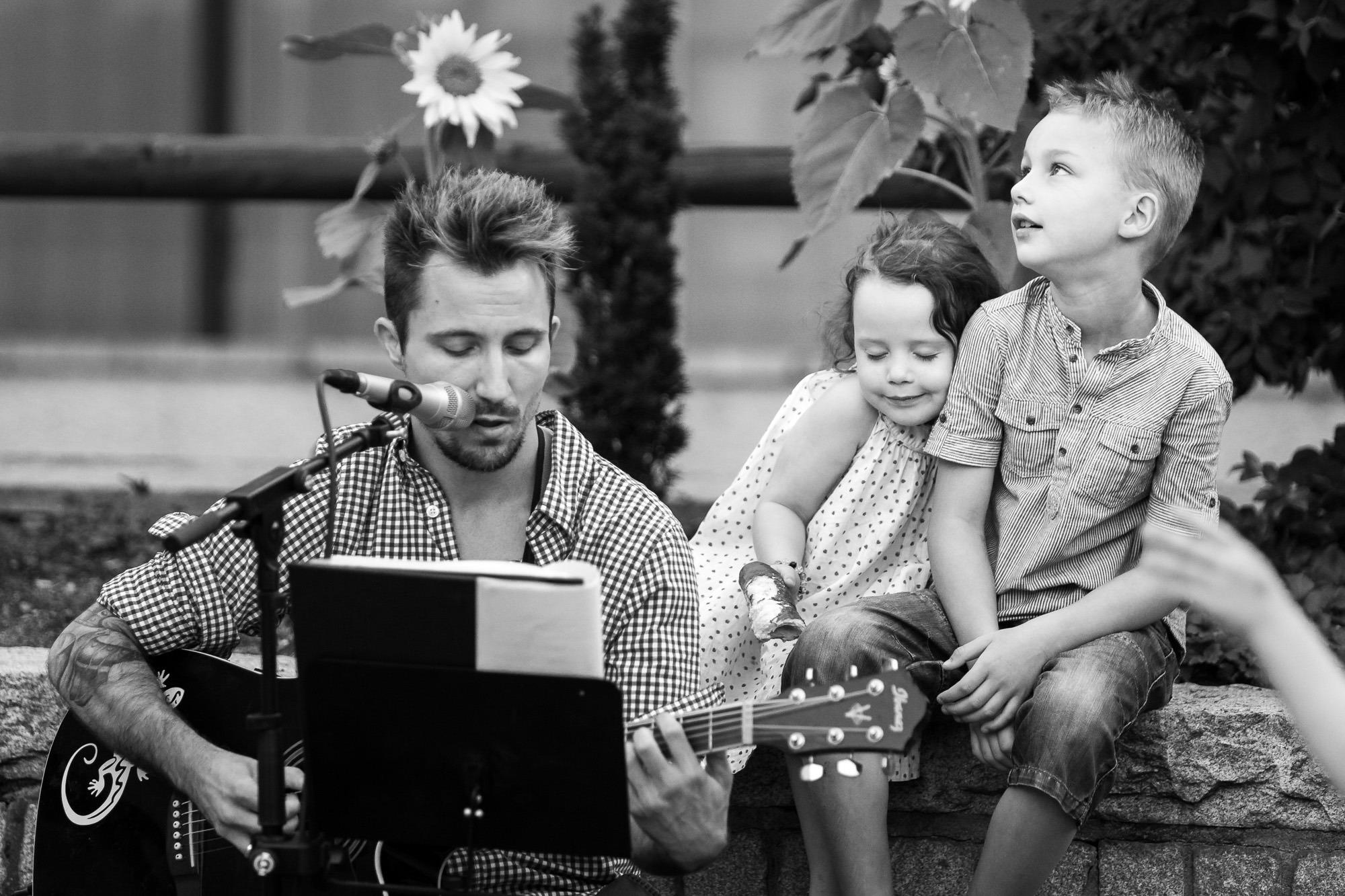 Sänger mit Gitarre und Kindern auf der Strasse beim Bardentreffen