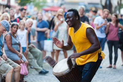 Strassenmusiker mit Trommel beim Bardentreffen 2018 in Nürnberg